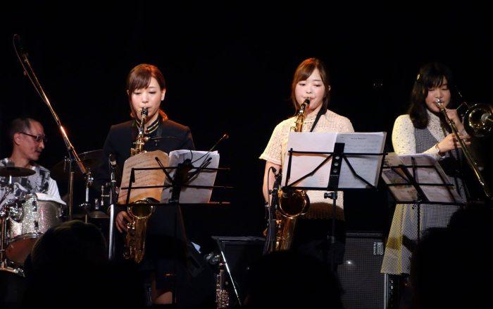 2016年12月4日、シンガーの荒井寿彦さんのファーストアルバム「上を向いて走ろう!」リリースライブに、アレイアオールスターズとして出演したときのものです。 みんな輝いていますね!!